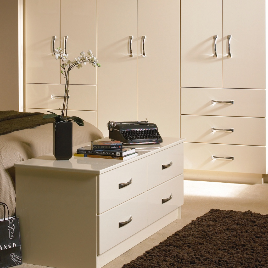 Bedroom in KDC13 style shown in High Gloss Cream